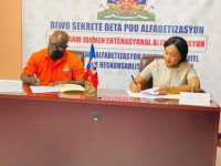 Signature d'un protocole d'accord entre la mairie de Tabarre et le bureau du secrétaire d'Etat à l'alphabétisation